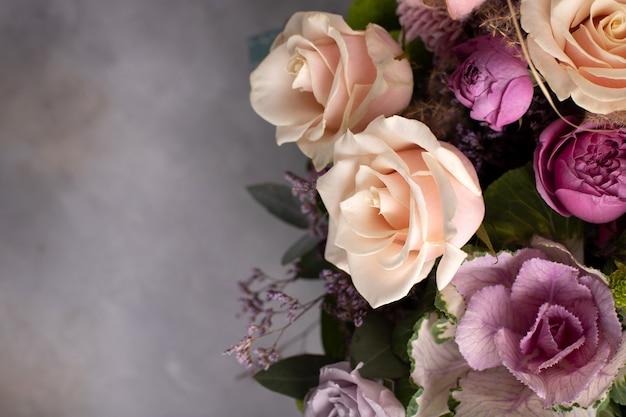 Bloemenrand van diverse verse bloemen op een grijze achtergrond. horizontaal beeld, kopieer ruimte, bovenaanzicht Premium Foto