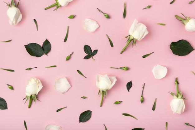 Bloemenregeling van rozen op roze achtergrond Gratis Foto