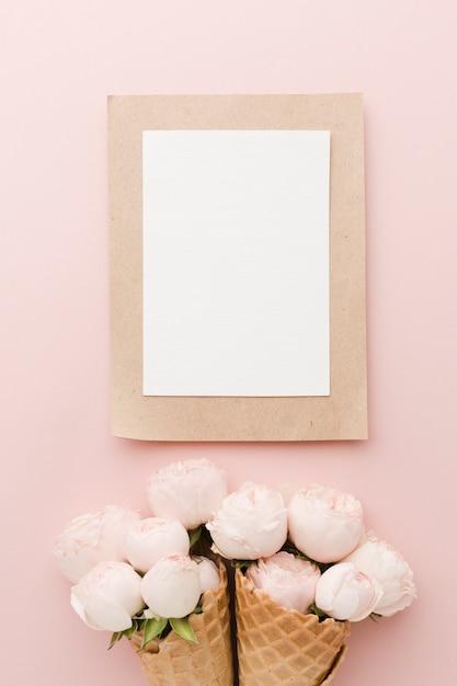 Bloemenroomijskegel en leeg wit kader Gratis Foto
