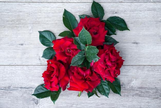 Bloemensamenstelling op houten achtergrond. valentijnsdag achtergrond. Premium Foto