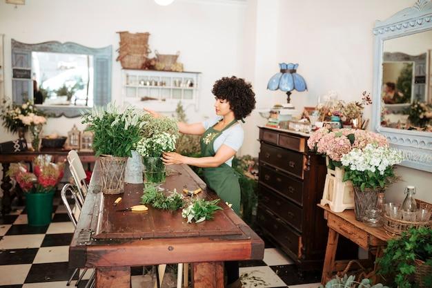 Bloemist die bloemen in winkel schikken Gratis Foto