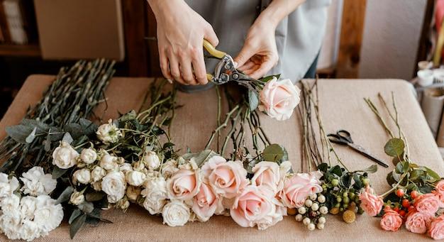 Bloemist die een mooi bloemenboeket maakt Gratis Foto