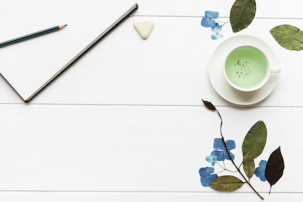 Bloemstuk op witte tafel Gratis Foto