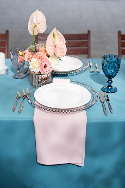 Bloemtafeldecoraties voor vakanties en bruiloftsdiner. tabel voor vakantie bruiloft receptie in openlucht restaurant. Premium Foto