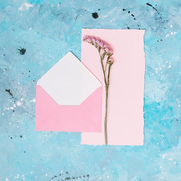 Bloemtak met open envelop op blauwe lijst Gratis Foto