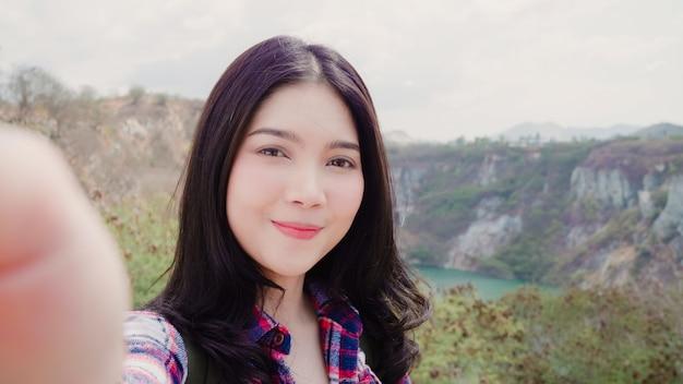 Blogger aziatische backpacker vrouw record vlog video op de top van de berg Gratis Foto