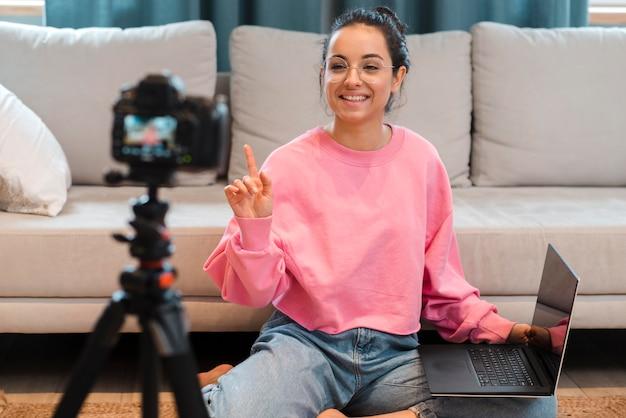 Blogger die opnemen met glazen die laptop houden Gratis Foto