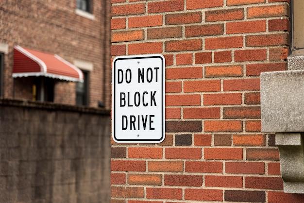 Blokkeer geen teken op bakstenen muur Gratis Foto