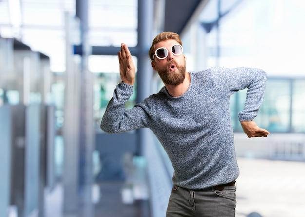 Blond hipster man. gelukkige uitdrukking Gratis Foto