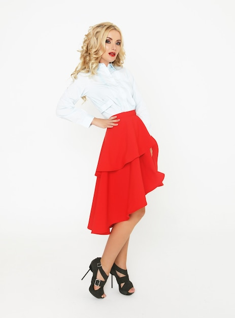 Blond mannequin met luxehaar en rode rok Premium Foto