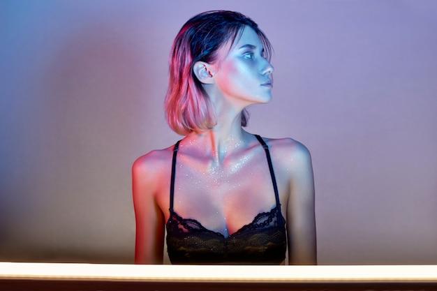 Blond meisje met mooie make-up op haar gezicht Premium Foto