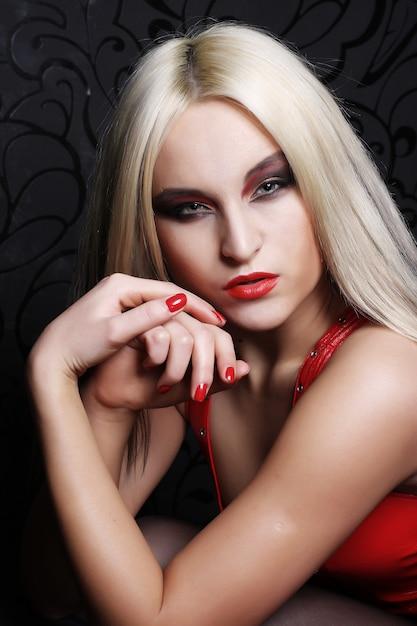 Blond meisje poseren Premium Foto