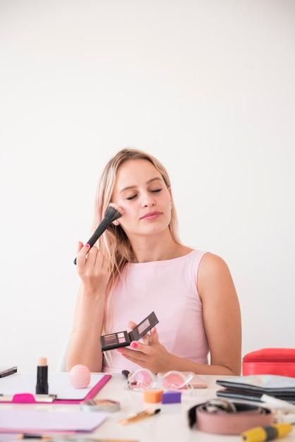 Blonde influencer opname make-up video Gratis Foto