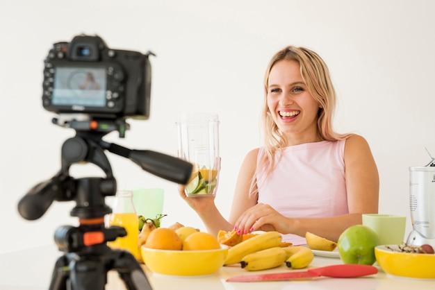 Blonde influencer opname voedingsvoedsel Gratis Foto