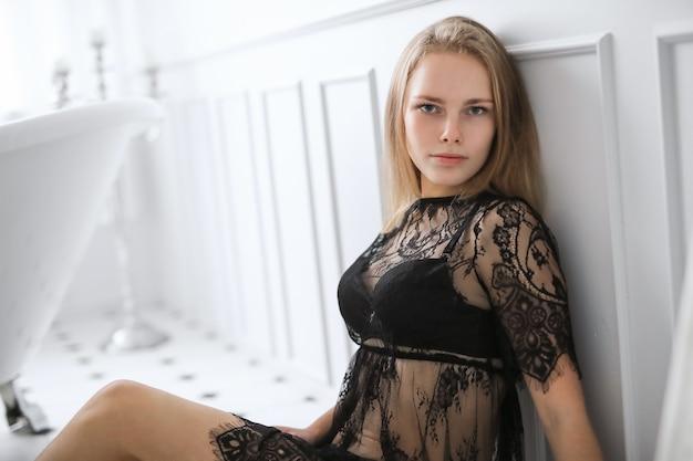 Blonde jonge vrouw in sexy lingerie in de badkamer Gratis Foto