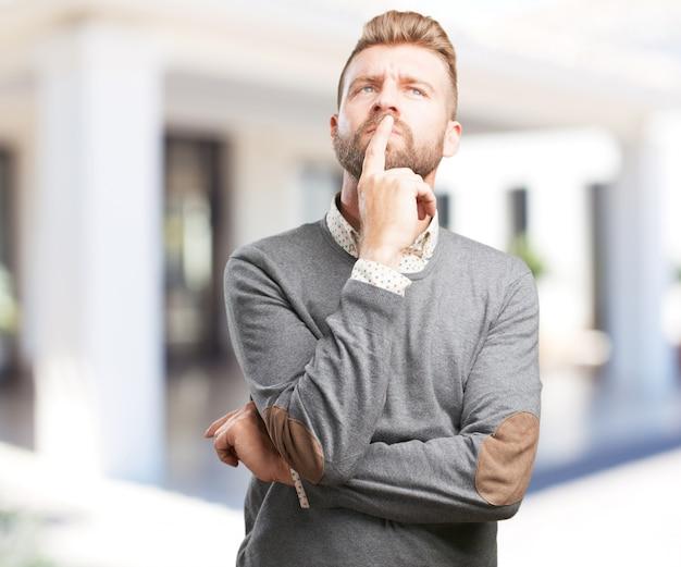 Blonde man bezorgde uitdrukking Gratis Foto