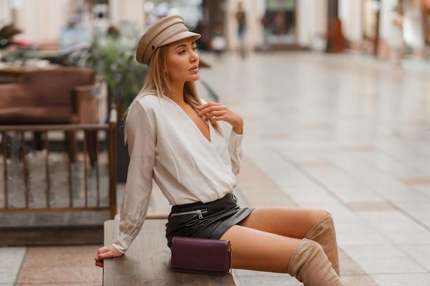 Blonde sexy europese vrouw in trendy autun glb poseren buiten Gratis Foto