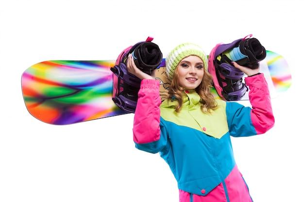 Blonde vrouw houdt snowboard op sholders Premium Foto