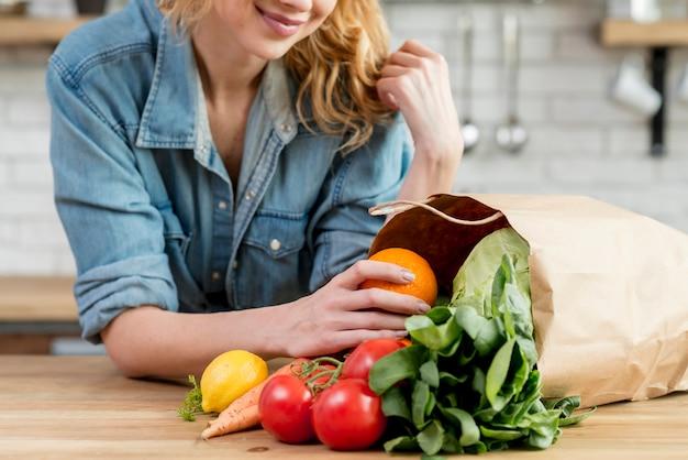 Blonde vrouw in de keuken Gratis Foto