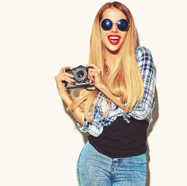 Blonde vrouw meisje in casual hipster zomer kleding Gratis Foto