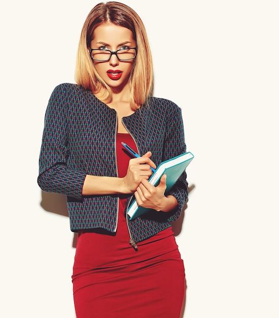 Blonde vrouw meisje in een rode jurk met een bril Gratis Foto