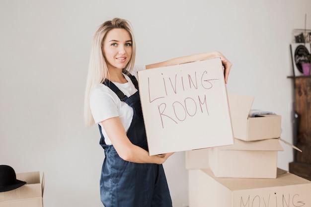 Blonde vrouw met kartonnen doos Gratis Foto