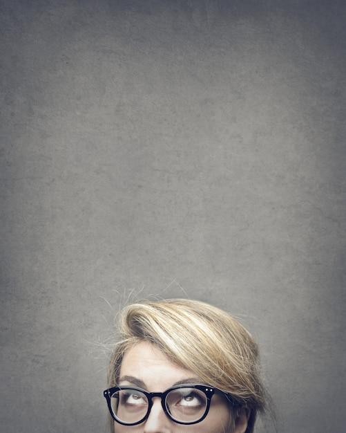 Blonde vrouw opzoeken Premium Foto