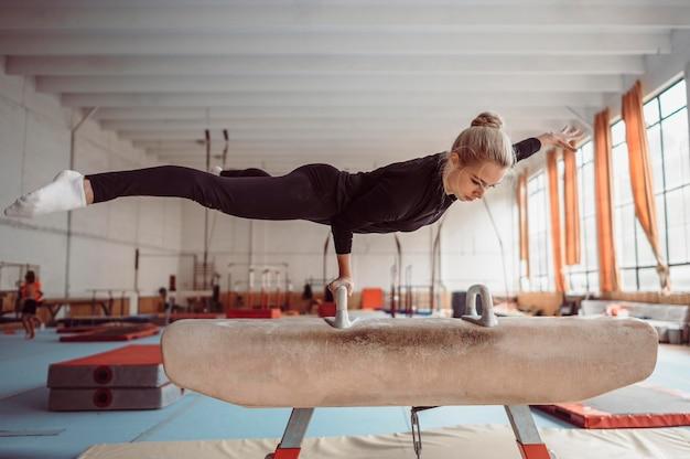 Blonde vrouw training op paard met bogen Gratis Foto