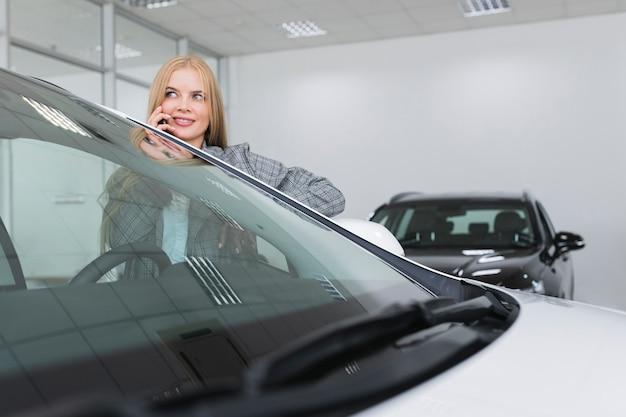 Blonde zakenvrouw praten aan de telefoon Gratis Foto