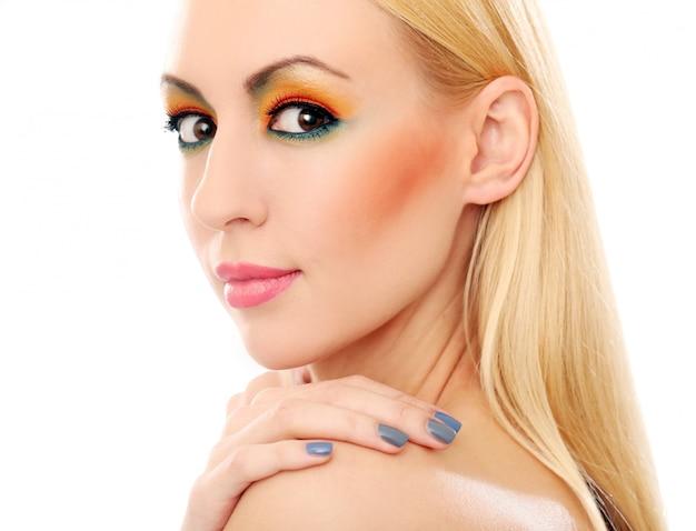 Blondevrouw die haar leuke gekleurde blik tonen Gratis Foto