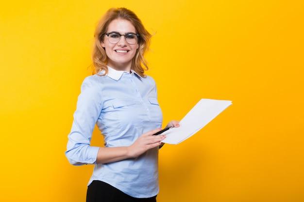 Blondevrouw met lege document en pen Premium Foto