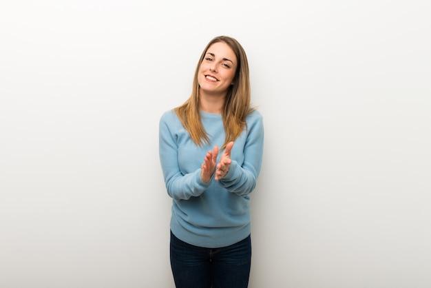 Blondevrouw op geïsoleerde witte achtergrond applaudisserend na presentatie in een conferentie Premium Foto