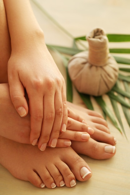 Blote voeten en handen. pedicure en manicure concept Gratis Foto