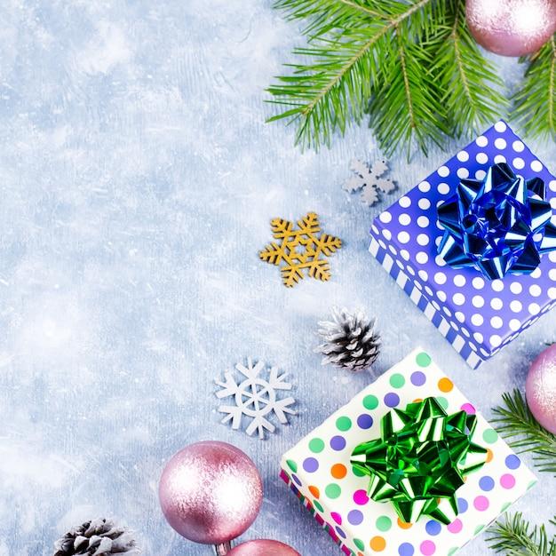 Blue christmas met dennentakken, geschenkdozen, zilveren en gouden decoraties, kopie ruimte. bovenaanzicht Premium Foto