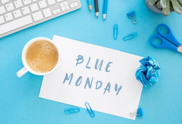 Blue maandag concept met kopje koffie Gratis Foto