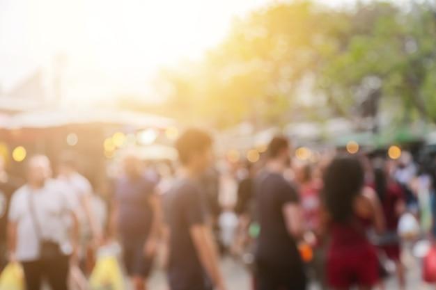 Blur van mensen en milieu op de achtergrond van de weekendmarkt Premium Foto