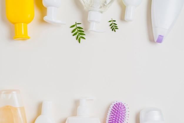 Bodem en bovenste rand gemaakt met cosmetische producten op witte achtergrond Gratis Foto