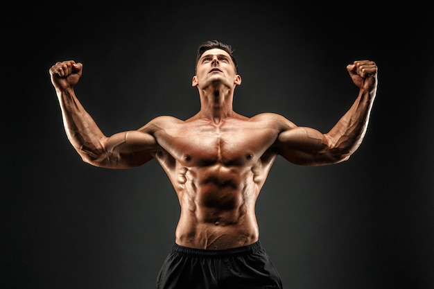 Bodybuilder die zijn spieren toont Premium Foto