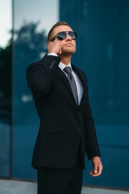 Bodyguard praten via oortje, communicatiemiddelen Premium Foto