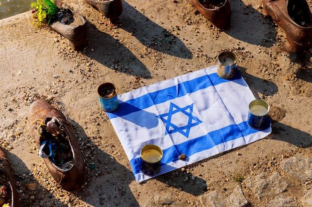 Boedapest, hongarije schoenen van het donau-gedenkteken, ter herdenking van onschuldige joden geschoten Premium Foto