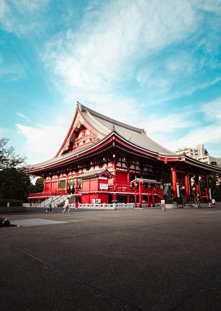 Boeddhistische tempel onder blauwe hemel, in tokio, japan Gratis Foto