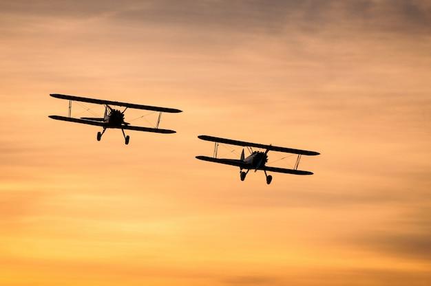 Boeing stearman bij zonsondergang Gratis Foto