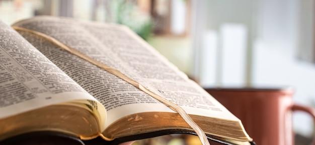 Boek bijbel close-up, op prachtig terras. ochtend tijd. ruimte voor tekst. Gratis Foto