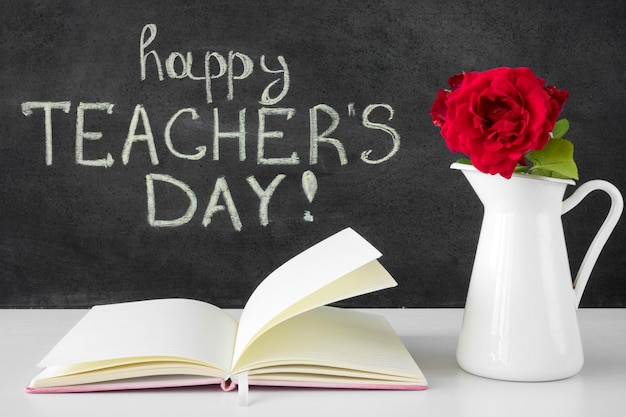Boek en bloemen gelukkig lerarendag concept Premium Foto