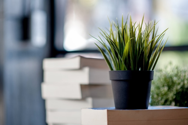 Boek op het bureau geplaatst veel boeken, mooie kleuren om te studeren Premium Foto