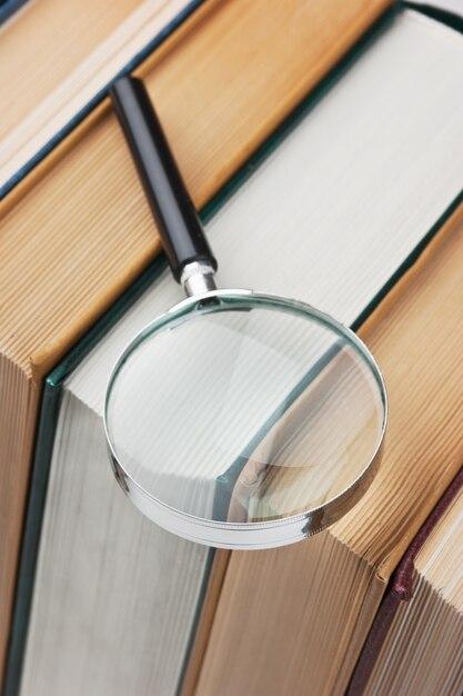 Boeken en vergrootglas op een witte achtergrond Premium Foto
