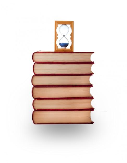 Boeken en zandloper hebben het wit gesneden Premium Foto
