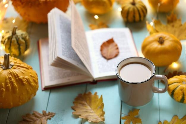 Boeken lezen over de herfst Premium Foto