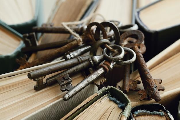 Boeken met oude roestige sleutels Gratis Foto