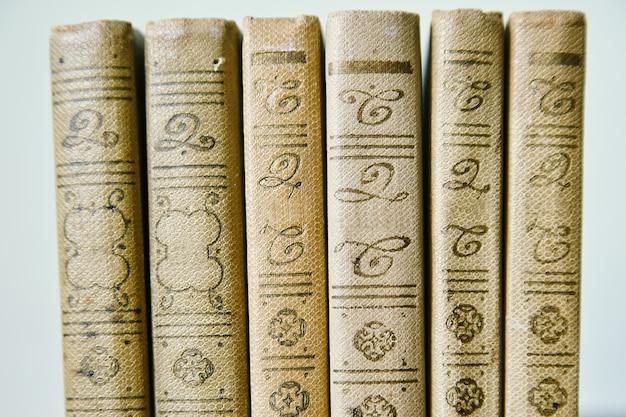 Boeken op een rij, mooie achtergrond Premium Foto